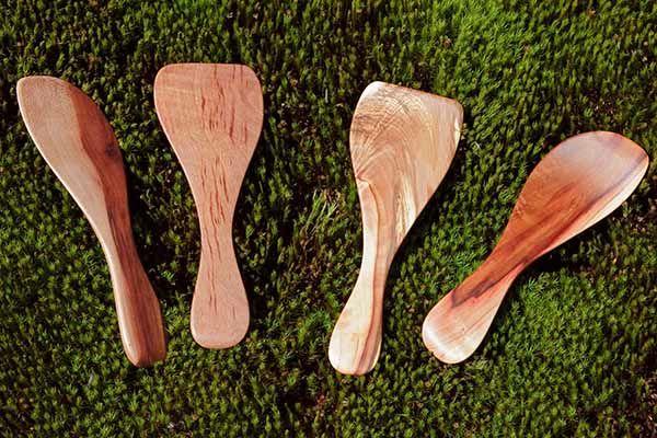 wood-salad-hands